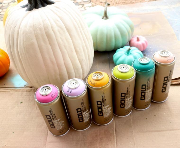 Bottiglie con vernice spray, zucche finte da colorare, zucche di Halloween fai da te