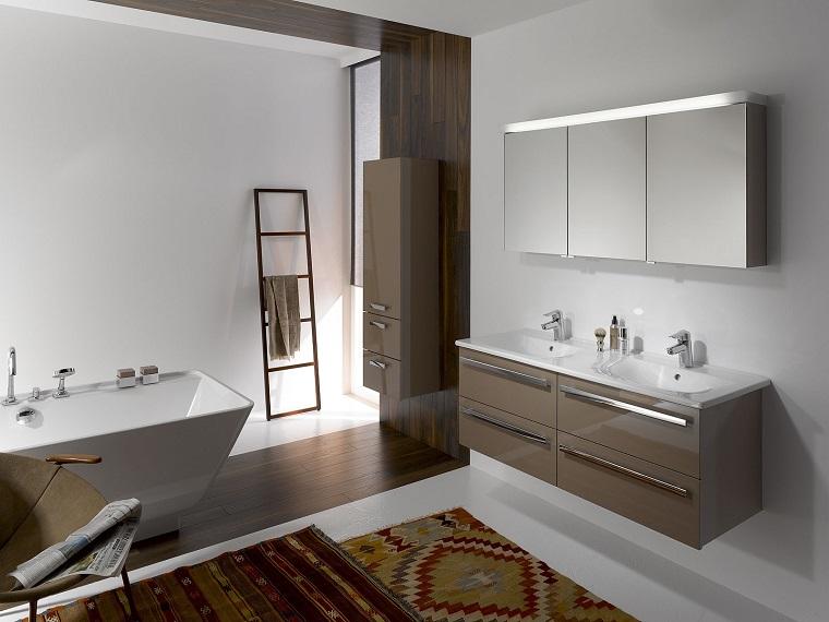 stanza da bagno mobili sospesi tappeto decorazione