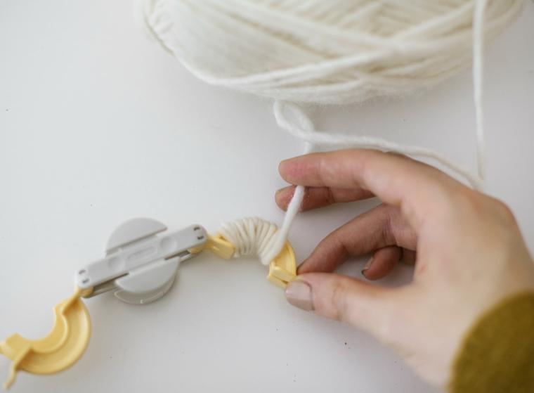 Strumento per fare i pompon, decori natalizi, rotolo di filo di lana di colore bianco