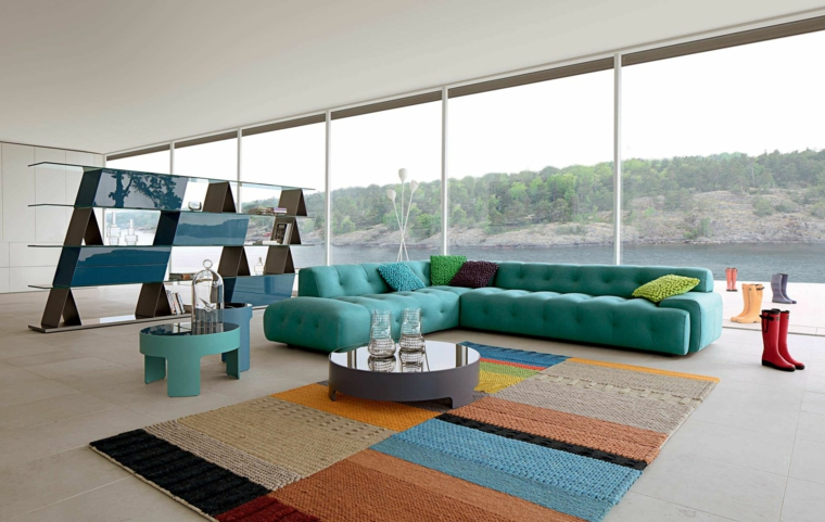 tanta luce gioco colori divano angolare azzuro tavolino rotondo