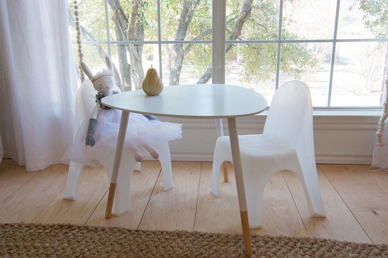tavolino sedie finestra tanta luce