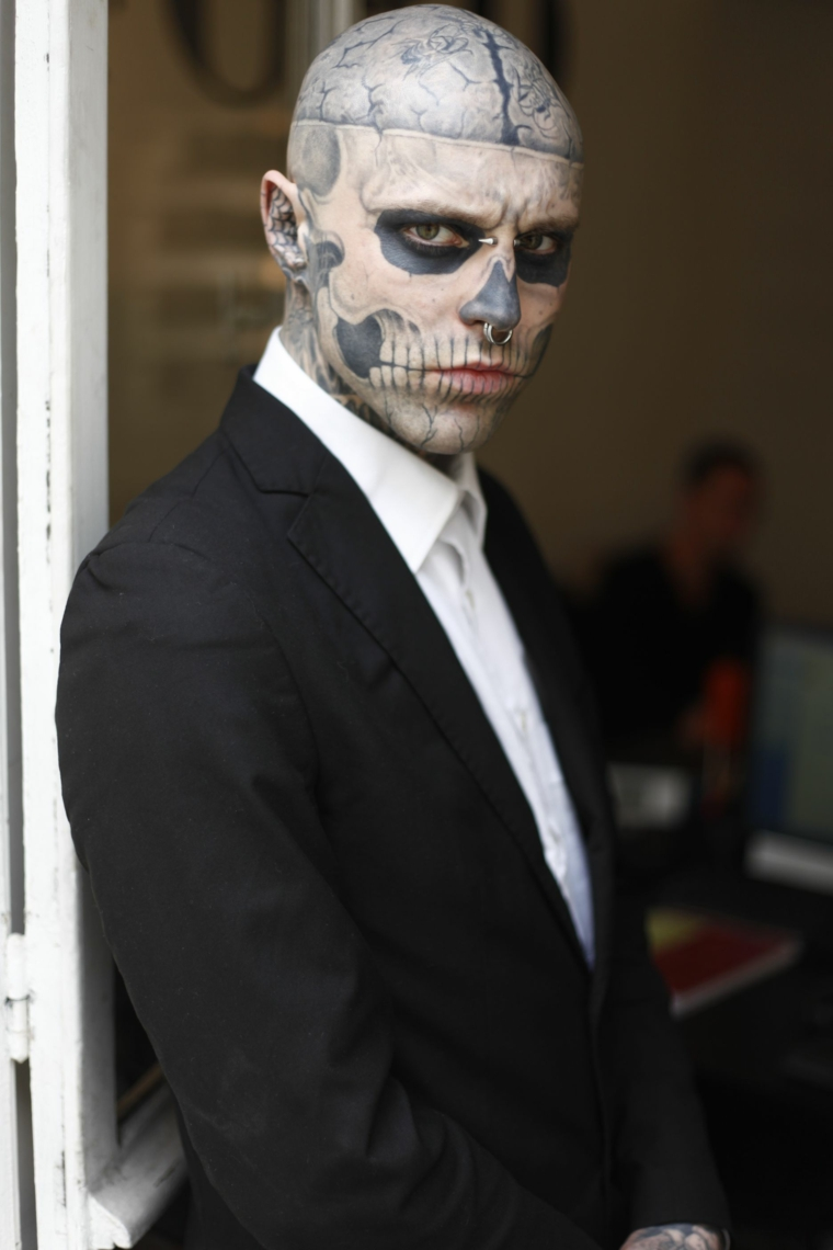 trucco per halloween maschera uomo pearcing spaventoso