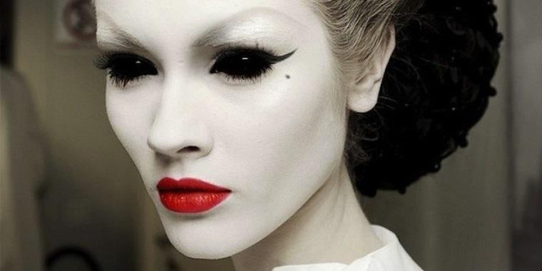 vampira realizzata base bianca nero occhi