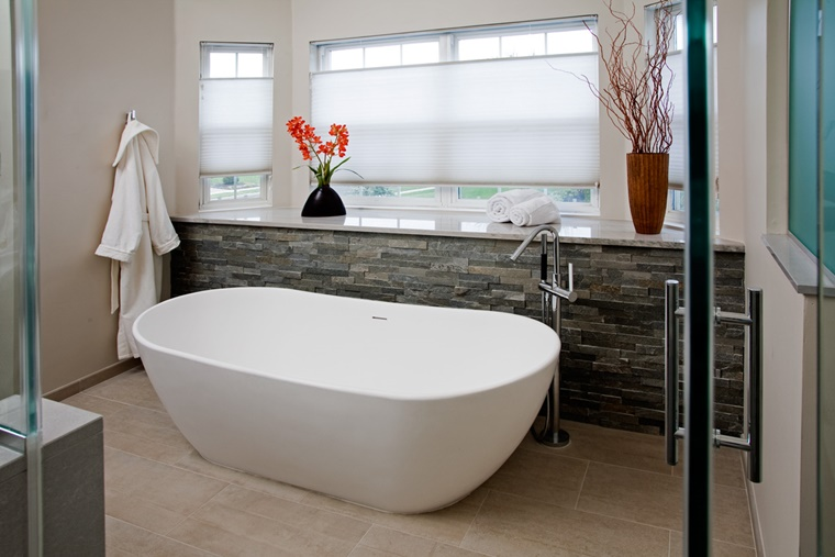 Idee bagno moderno con inserti in legno e pietra - Vasca da bagno in pietra ...