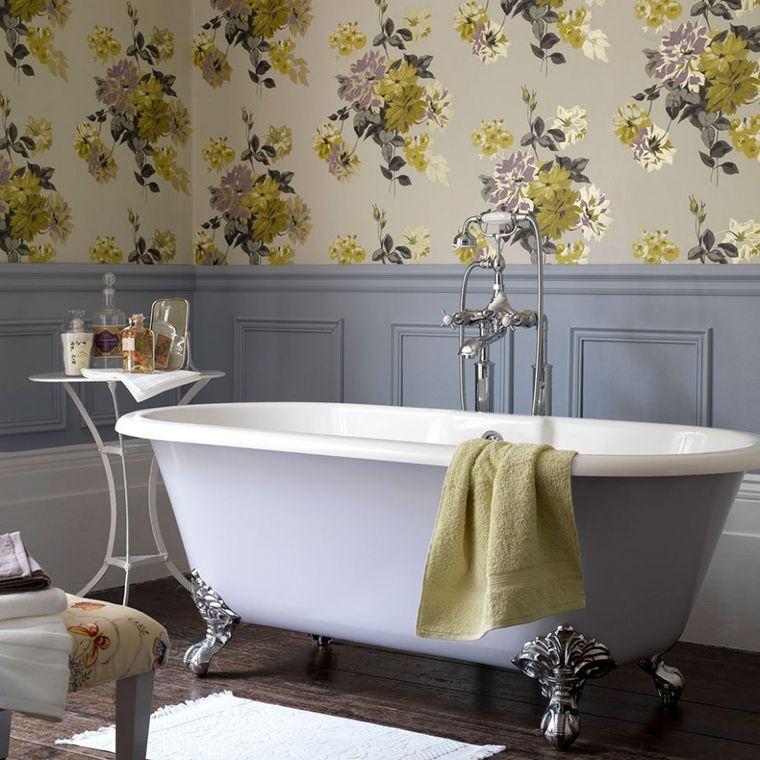 Sala da bagno con vasca, rivestimento pareti con carta da parati e pannelli di legno