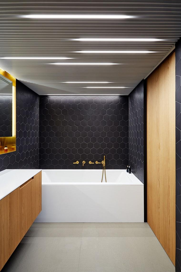 Come abbellire il bagno, sala da bagno con vasca e piastrelle di colore nero