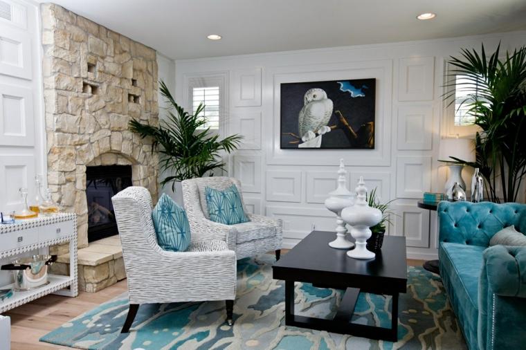 vintage mobili eleganti divano azzuro poltrone bianche caminetto pietra