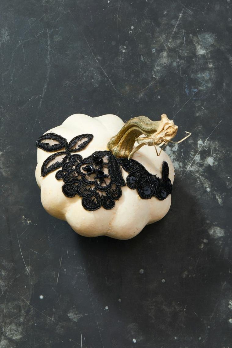 Zucche di Halloween fai da te, zucca di colore bianco, decorazione con merletto e pizzo nero