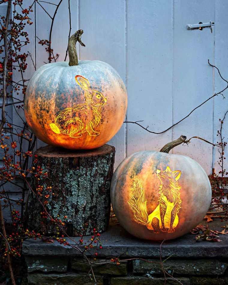 Come tagliare la zucca, zucca con disegni intagliati, tronchetto e rametti secchi, decorazioni di Halloween