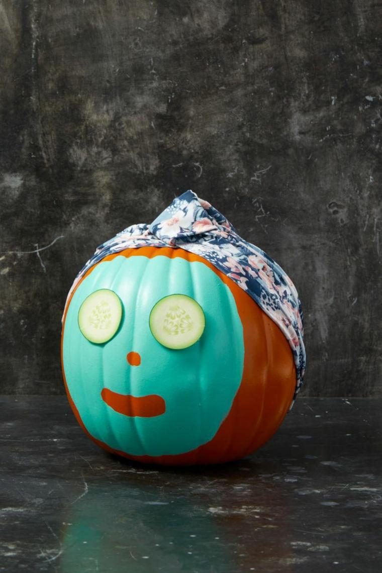 Immagini zucca Halloween, zucca dipinta di azzurro, zucca con maschera per il viso, pezzettini di cetrioli
