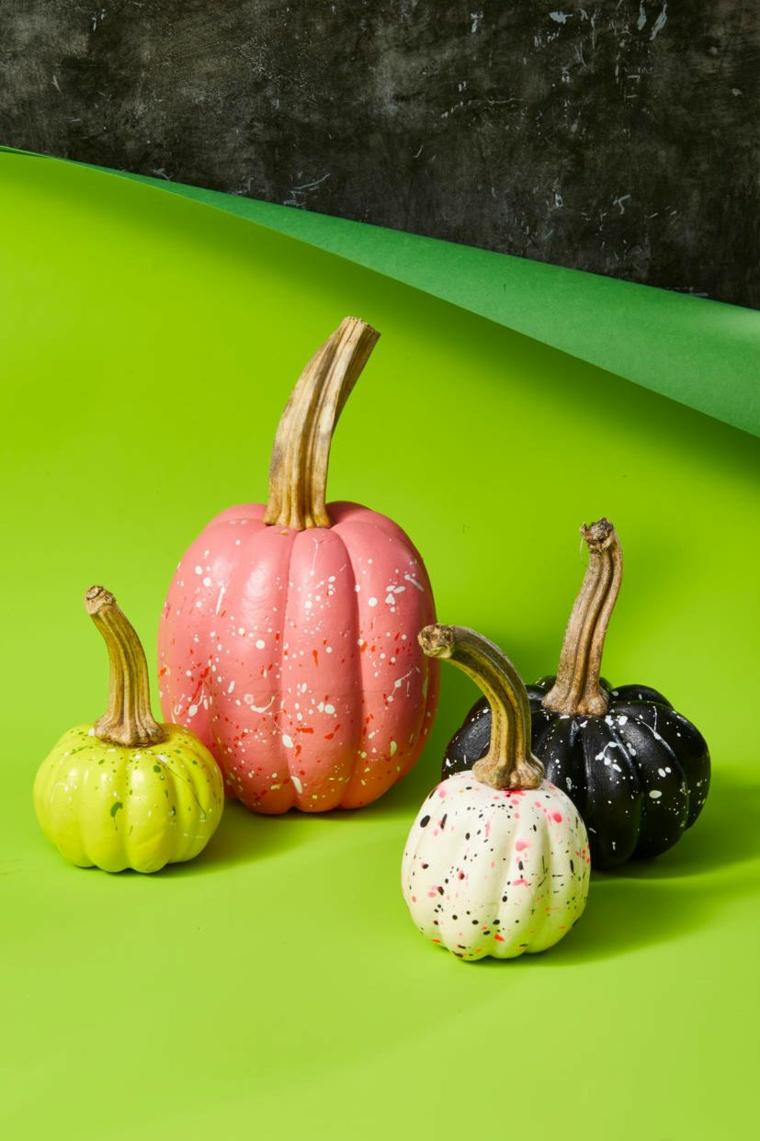 Zucche dipinte di rosa, zucche colorate con macchie, immagine con sfondo nero