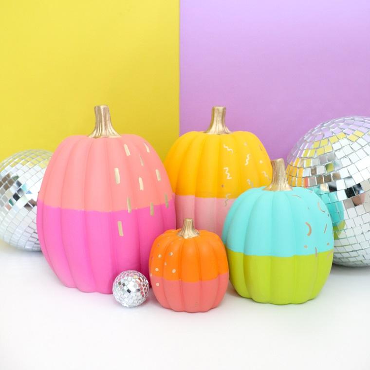Zucca di Halloween, zucca dipinta di due colori, disegni su zucche finte di plastica