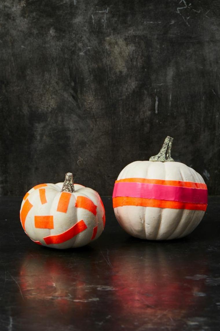 Zucche intagliate, zucche Halloween con nastri, dipingere le zucche, foto con sfondo nero