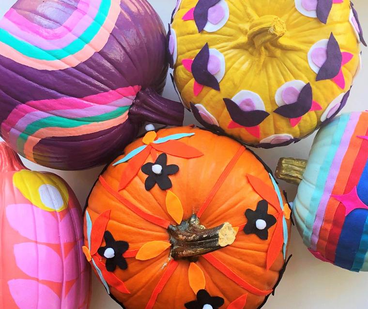 Zucca di Halloween, zucca con disegni, decorazioni di feltro, zucche autunnali decorate