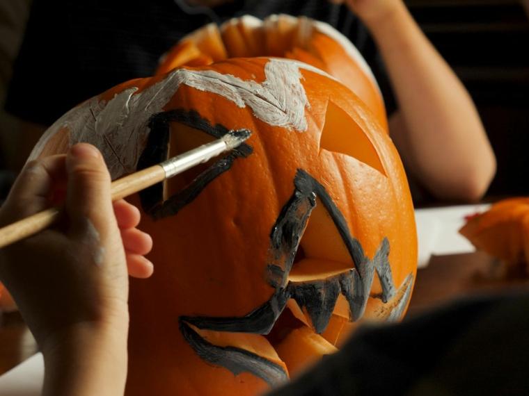 Dipingere una zucca con acrilici, come intagliare la zucca, zucca Jack O Lantern