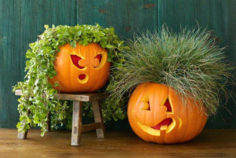 Come tagliare la zucca, zucche Jack O Lantern, piante con foglie verdi, sedia di legno