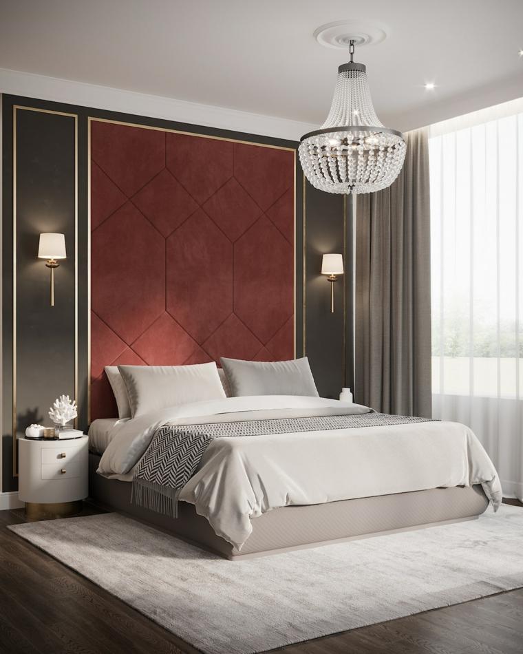 Testata letto in velluto rosso, lampadario in cristallo, pavimento in legno, arredamento camera da letto