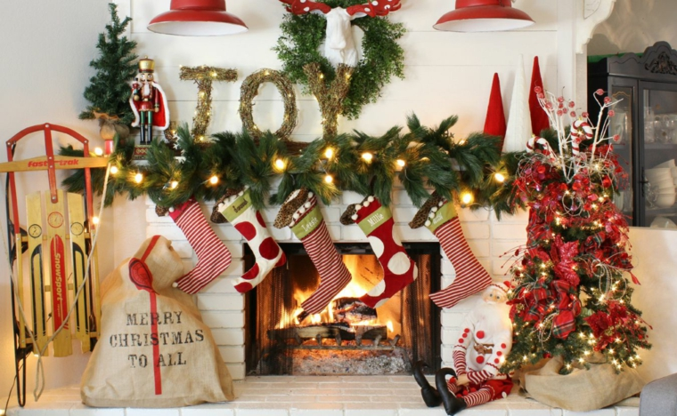 addobbi natalizi decorare camino ghirlande giocattoli