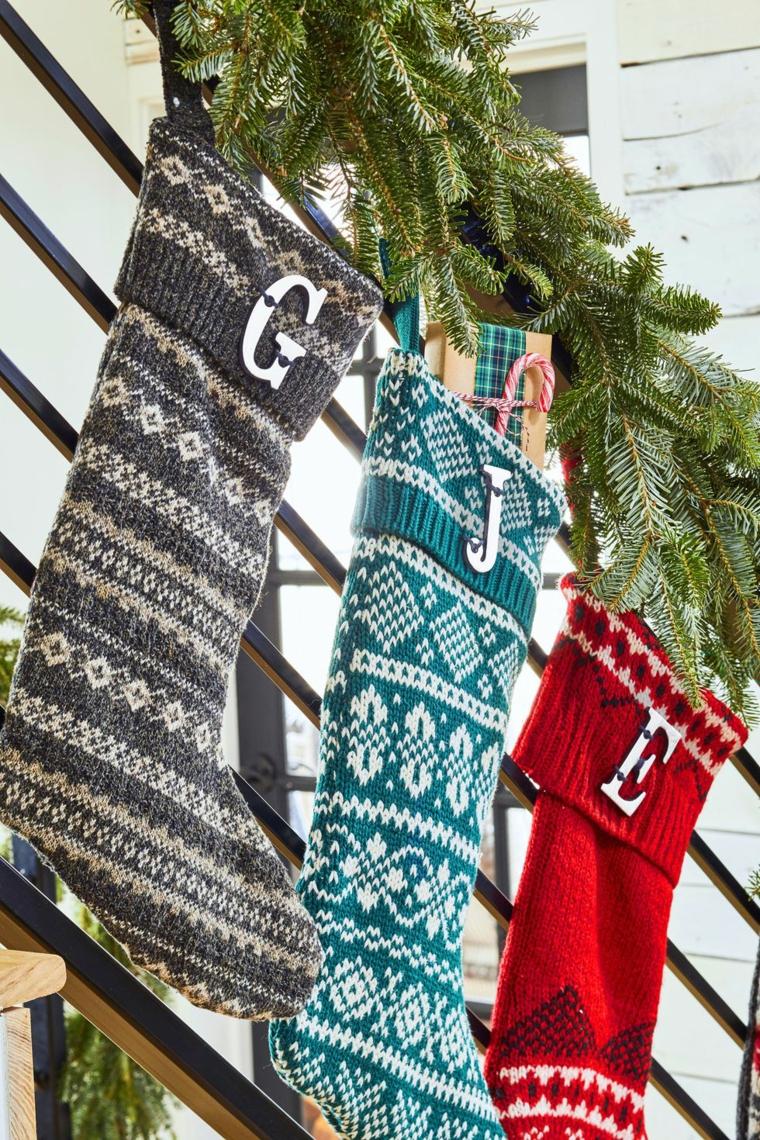 Calze di lana con lettere personalizzate, rametti di pino verdi, decori natalizi