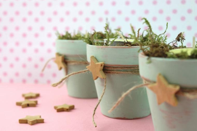 Decori natalizi, vasi di terracotta come portacandela, spago e stella di legno