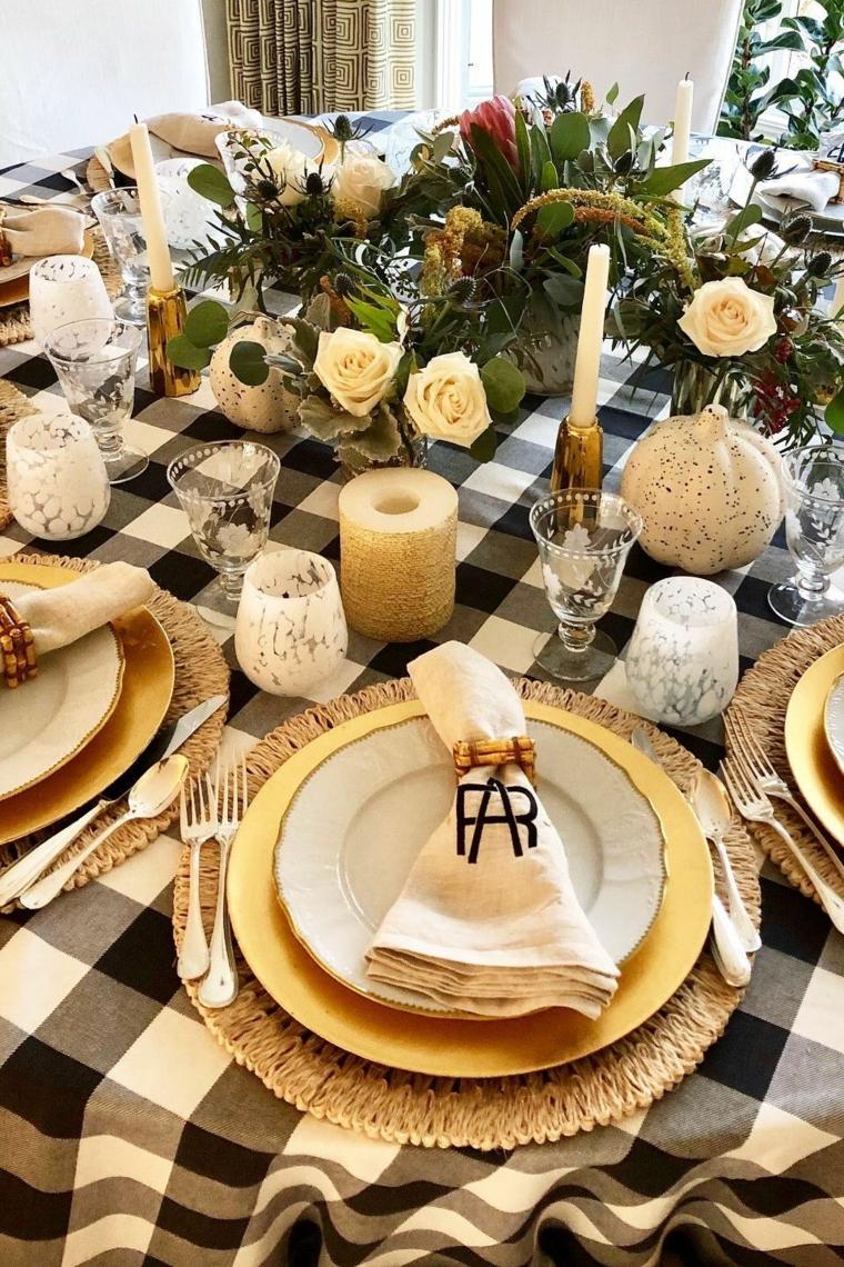 Centrotavola con ghirlanda, tavola decorata con candele, segnaposto personalizzato, addobbi natalizi