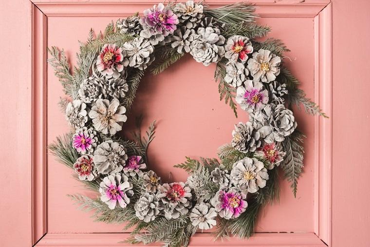 Addobbi natalizi, corona con pigne e rametti, pigne dipinte di colore grigio
