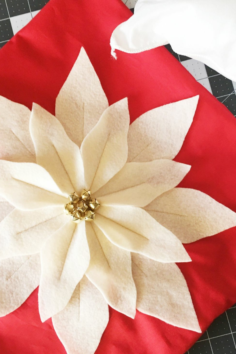 Cuscino con fiore di feltro, stella di natale di feltro, decori natalizi, fodera con decorazioni di Natale
