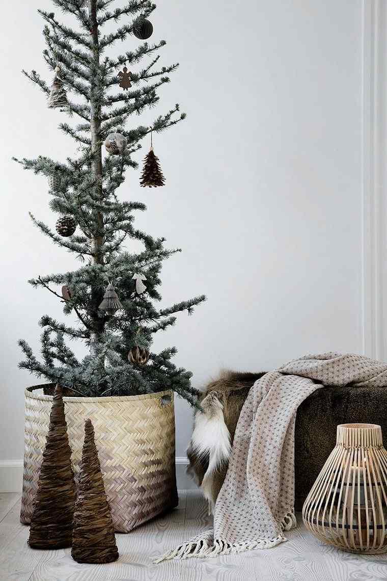 Alberi di Natale addobbati 2019, cesto con pino verde, coni mini alberelli natalizi