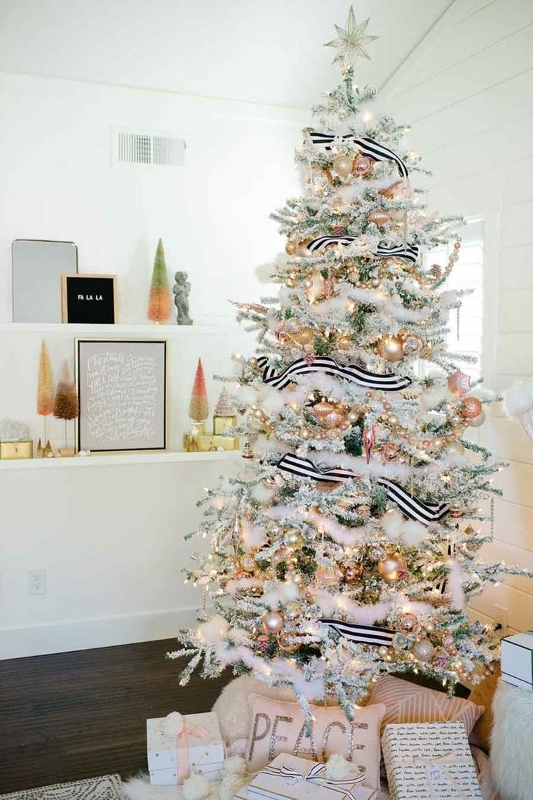 Albero di Natale addobbato, soggiorno con mensole, albero natalizio di colore bianco