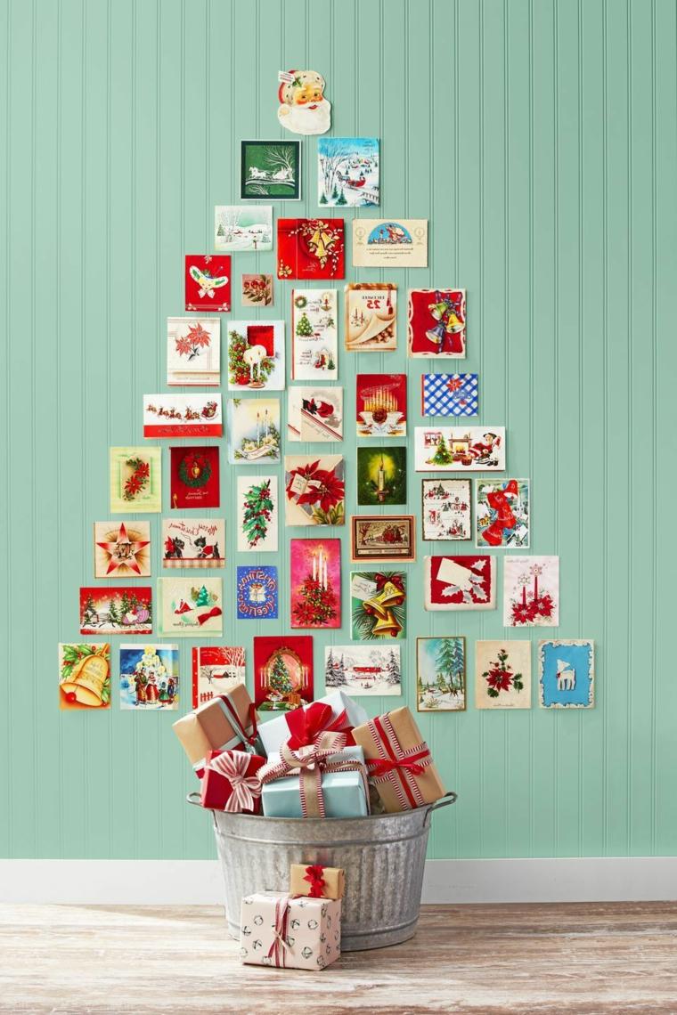 Albero di Natale addobbato, bigliettini natalizi incollati alla parete, secchio di metallo con regali