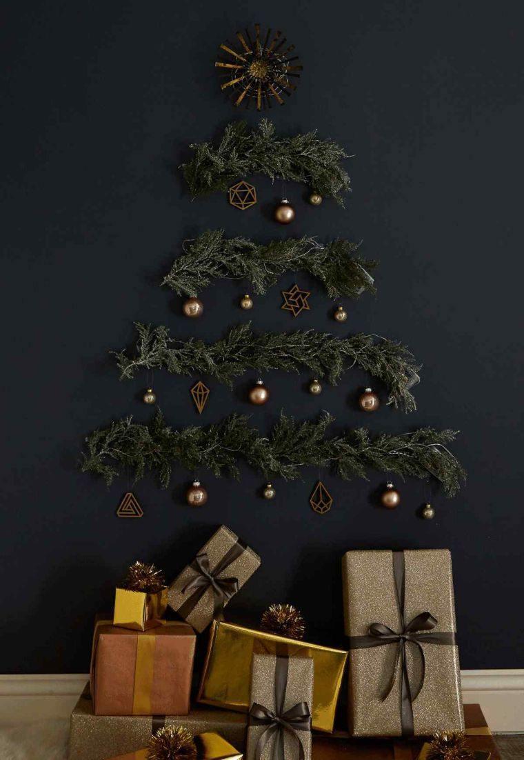 Pacchi regali sotto l'albero, rametti incollati alla parete, alberi di Natale addobbati 2019