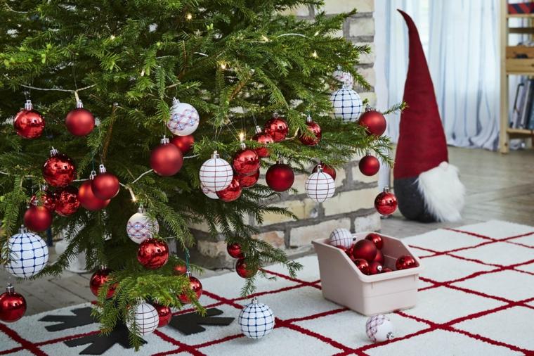Albero di Natale addobbato, albero decorato con palline rosse, tappeto in bianco e rosso