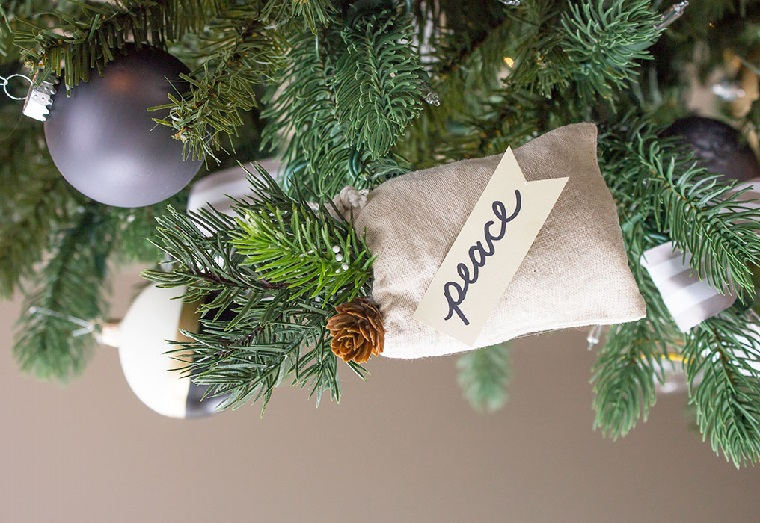 Albero di Natale addobbato, palline natalizie colorate, sacchettino regalo con scritta