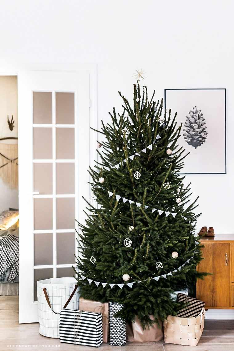 Pacchi regali sotto l'albero, albero di Natale addobbato, decorazione parete con quadro
