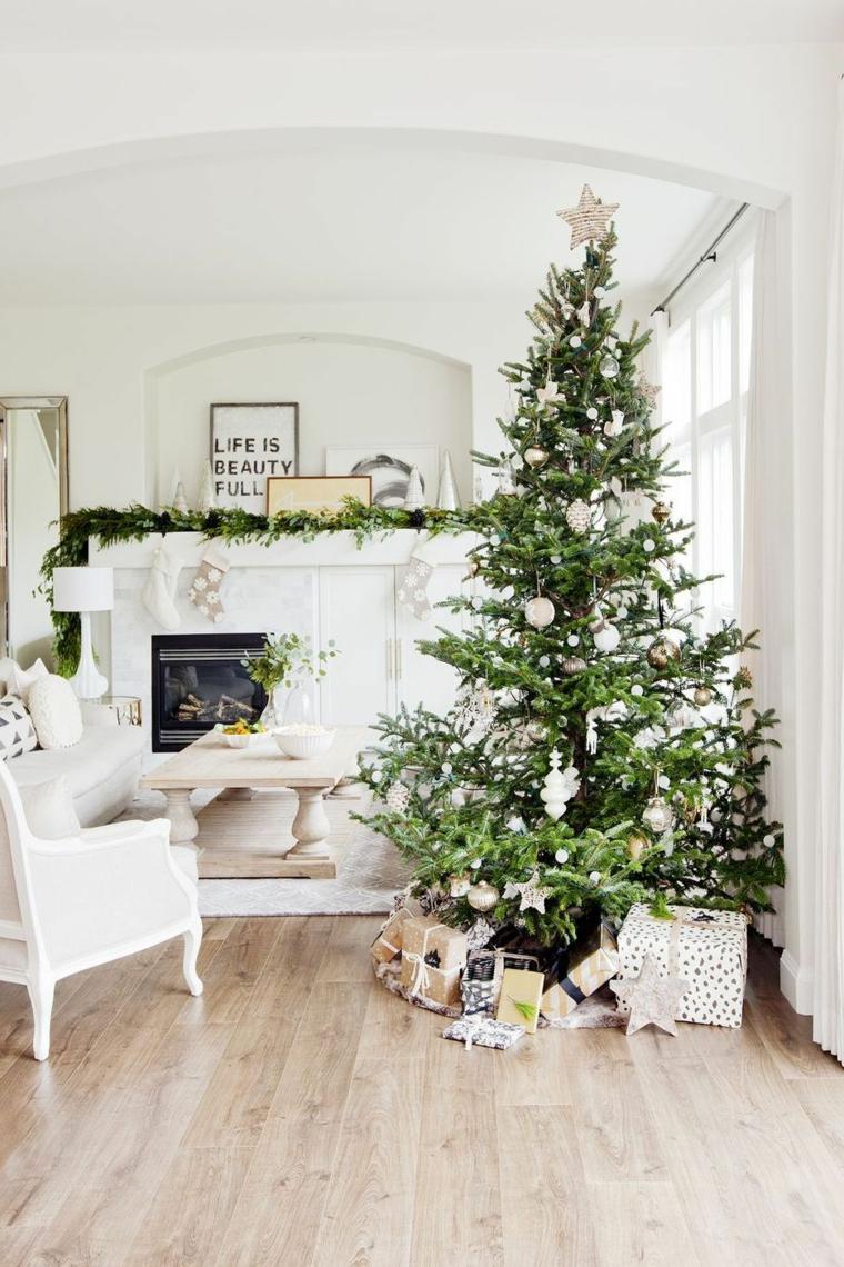 Soggiorno con camino, alberi di Natale 2019 tendenze, pavimento in parquet chiaro