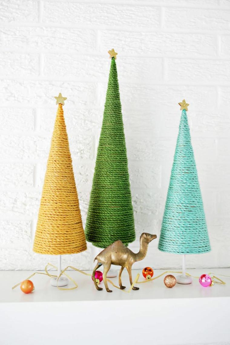 Albero di Natale addobbato, coni ricoperti con filo di lana, ghirlanda con palline natalizie
