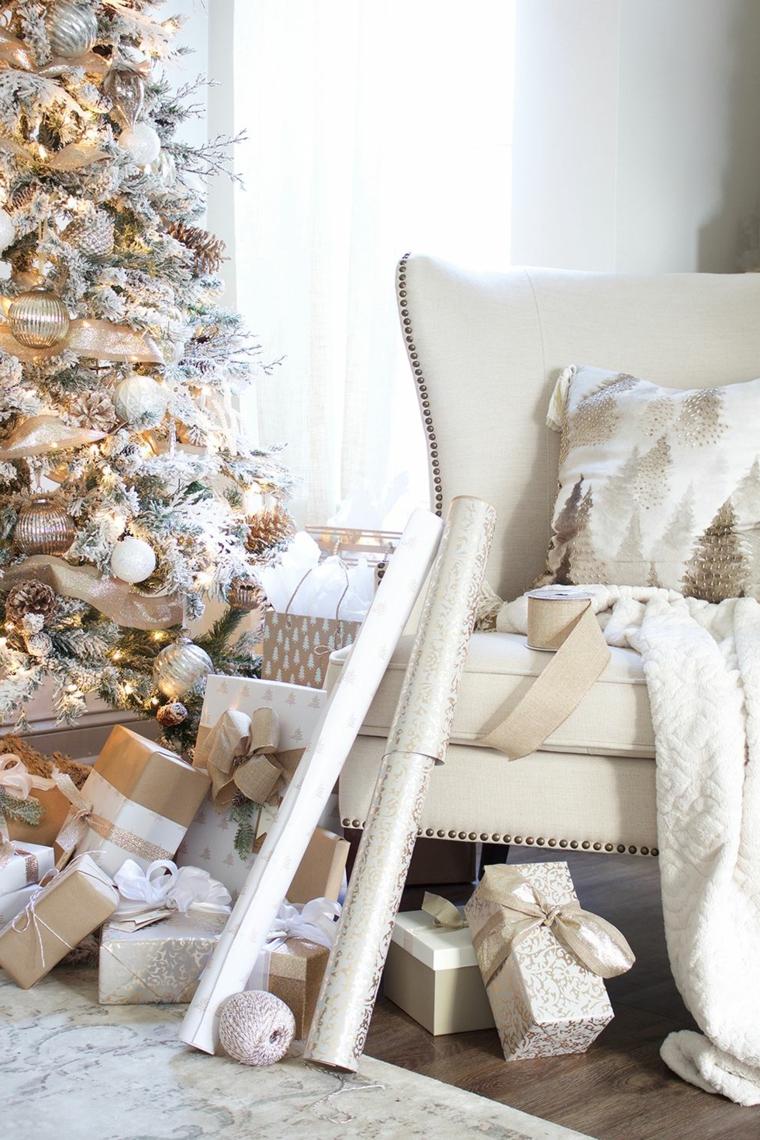 Alberi di Natale addobbati 2019, poltrona con coperta e cuscino, albero natalizio di colore bianco e oro