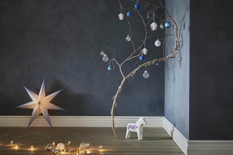 Ghirlanda luminosa con stella e lucine, ramo con palline, alberi di Natale 2019 tendenze