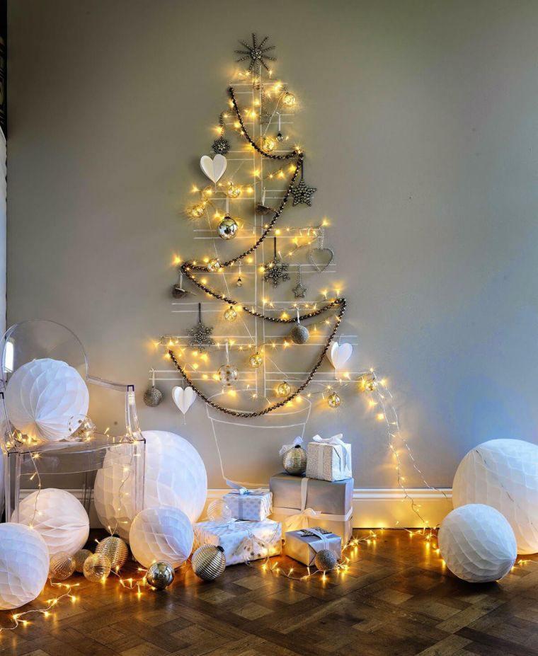 Palline di carta bianca, albero natalizio disegnato sulla parete, alberi di Natale 2019 tendenze
