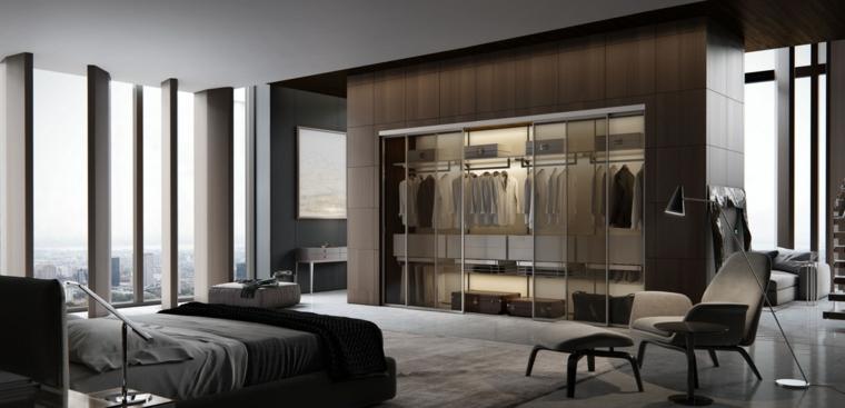Zona notte con armadio a vista, pavimento in resina grigio, travi di legno, camere matrimoniali moderne