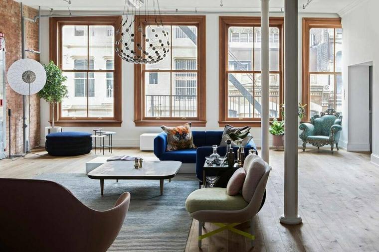 Salotto moderno, soggiorno con divano di colore blu e un tavolino quadrato di legno