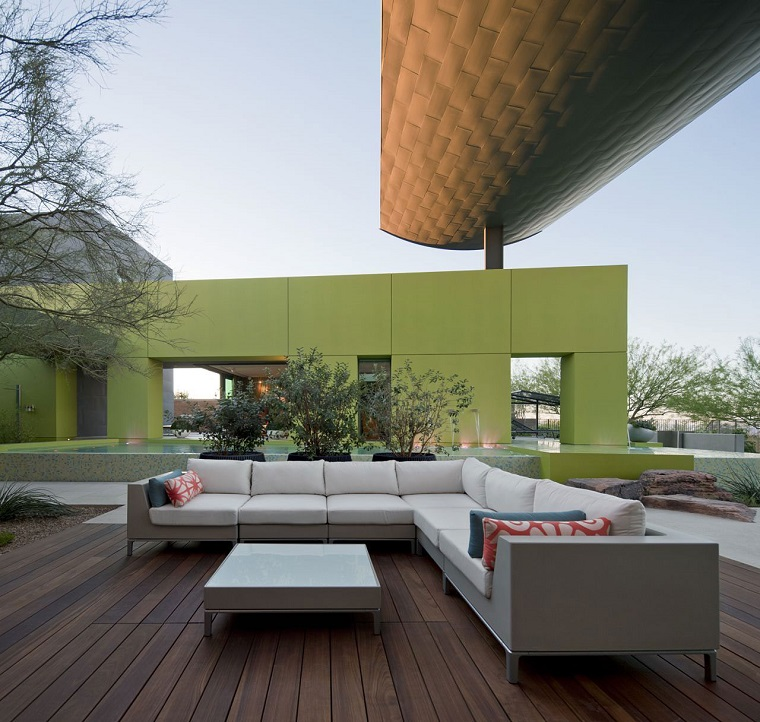 arredamento terrazzo grande divano bianco