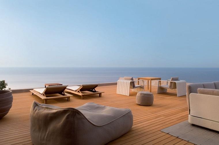 arredamento terrazzo mare sdraio tavoli sedie