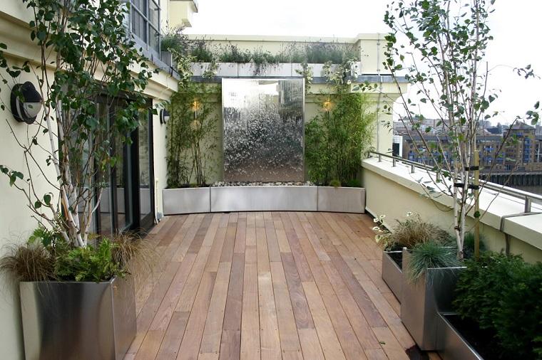 arredamento terrazzo pavimento legno piante vasi alluminio