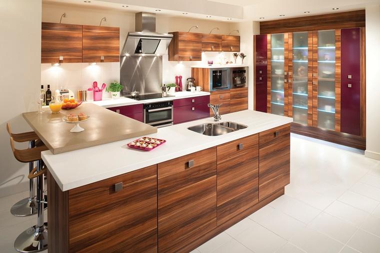 arredare casa cucina legno inserti viola