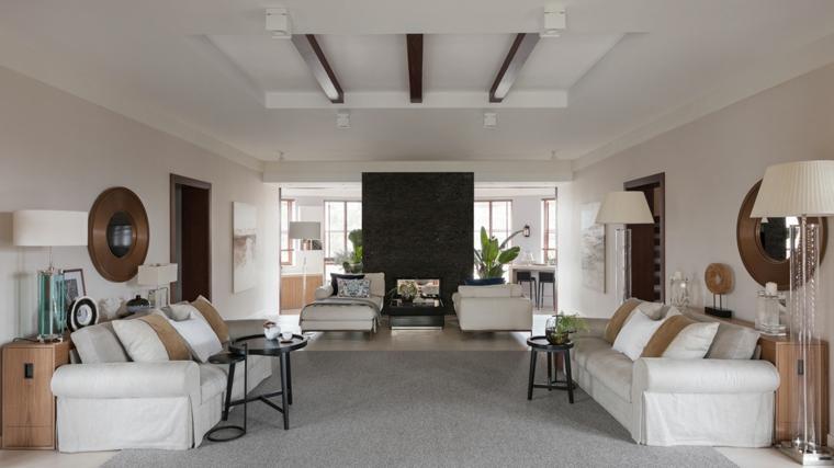 Soffitto con travi di legno, arredamento con due divani, come arredare un salotto