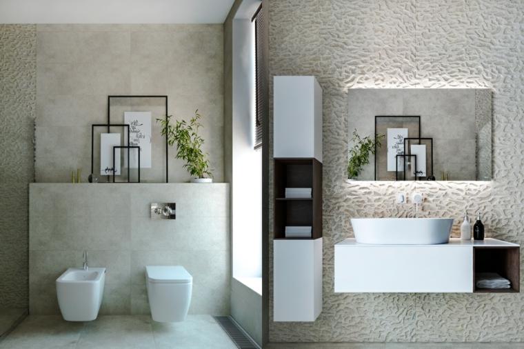Specchio con retro illuminazione, parete di colore bianco ruvido, bagno con sanitari sospesi