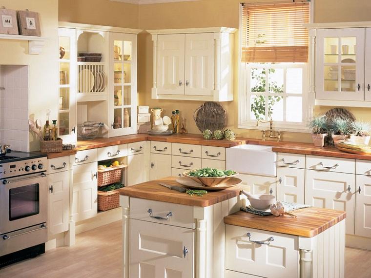 Come arredare una cucina con mobili bianchi e legno - Arredo cucina classica ...