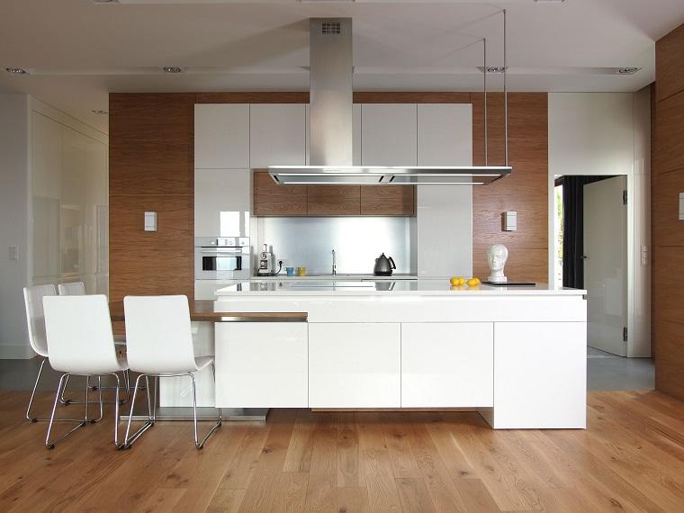 arredo cucina mobili bianchi pavimento parquet
