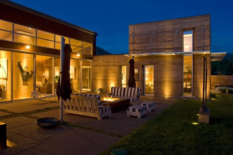arredo terrazzo divani legno cuscini fantasia righe